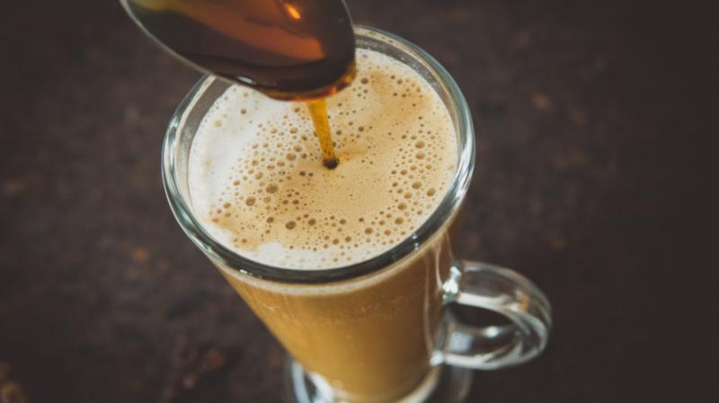 kawa-z-mlekiem-kokosowym-syrop-klonowy-2-891x500.jpg